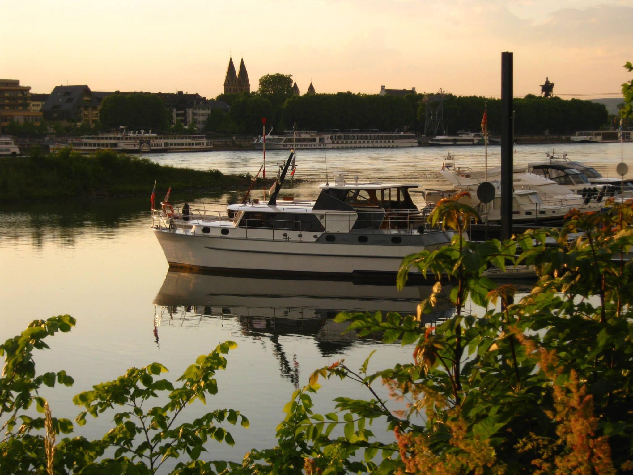 Rhein-Marina Kaiser Wilhelm im Abendlicht